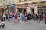 Asi stovka lidí se včera sešla v karlovarské Zeyerově ulici, aby zavzpomínali na okupaci vojsky Varšavské smlouvy 21. srpna roku 1968.