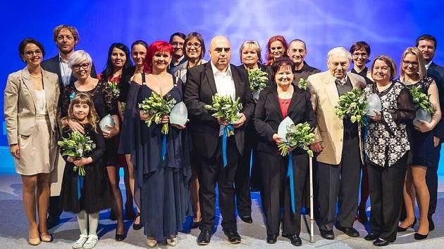 Dvanáct lidí, kteří dělají nezištné skutky, bylo oceněno ve Stavovském divadle. Mezi nimi Jindřich Hašek (uprostřed vepředu) .