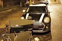 Poškozený automobil v karlovarských Drahovicích.