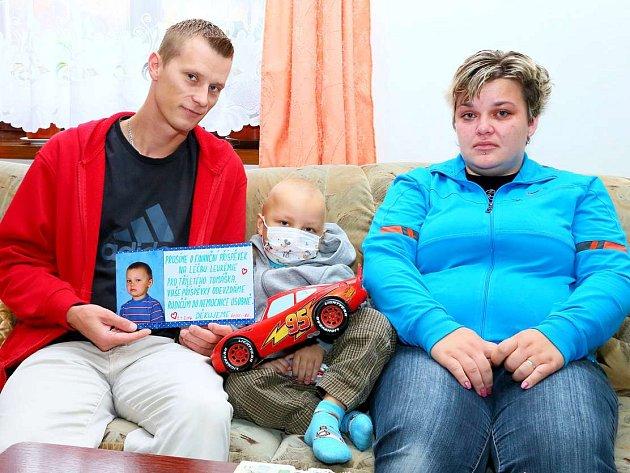 Dar. Výtěžek ze sbírky předali rodičům místostarosta Albert Karnoll, za rodáky Jiří Chmátal a Ludmila Chmátalová.