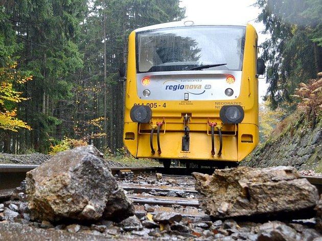 Dvakrát se během dvou dnů dostaly do problémů vlaky na trati mezi Karlovými Vary a Nejdkem.