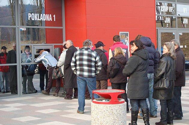 FRONTA u pokladen karlovarské KV Areny signalizovala, že o střetnutí s pražskou Slavií je mimořádný zájem.