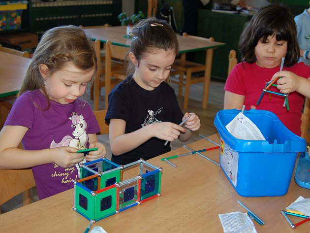 Za dětí pobyt v mateřských školách si rodiče připlatí.