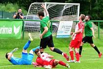 Březovská Olympie (v zeleném) si připsala na dvorském stadionu cennou výhru nad třetiligovou karlovarskou Slávií v poměru 2:1.
