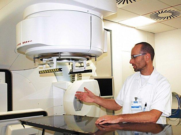 """""""PŘEDCHOZÍ LINEÁRNÍ urychlovač dosloužil. Bez obnovy přístrojového vybavení by nám v prosinci tohoto roku smlouva s pojišťovnou skončila,"""" uvedl primář oddělení radioterapie a klinické onkologie Pavel Krištof s tím, že to by byl i konec onkologické péče."""