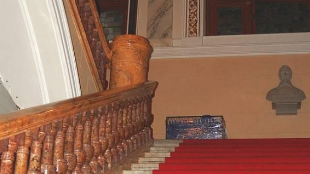 Osudné schodiště. Z dvanácti metrů spadl účastník čtvrtečního sektání zaměstnanců společnosti Pernod Ricard.