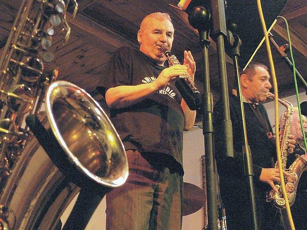 Jednou z kapel, která na festivalu Jazzové jaro opět vystoupí, je Swing studio Karlovy Vary.