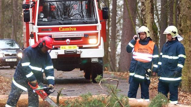 HASIČI V PLNÉM NASAZENÍ. Sbory hasičů se o uplynulém víkendu skutečně nenudily. V Karlových Varech – Drahovicích museli například odstraňovat strom, který spadl přímo na vozovku.