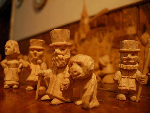 Autor evoluční teorie Charles Darwin, držící se za ruku s opicí (v popředí), Mr. Higgins se slečnou Doolitle (vlevo) či Beefeater se sudlicí (vpravo). To je jenom zlomek figur netradičního betlému abertamského řezbáře Jiřího Laina.
