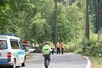 S největší pravděpodobností noční vichřicí narušené stromy spadly v úseku silnice mezi Karlovými Vary a Kyselkou na projíždějícího cyklistu. Čtyřipadesátiletý muž z Karlových Varů byl na místě mrtvý. Tragédie se stala v sobotu kolem půl čtvrté odpoledne