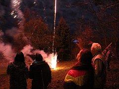 Příchod nového roku slavily tisíce lidí ve velkých městech Karlovarského kraje, ale i v malých obcích. Sousedé a přátelé se tak sešli například v Hlavně na Sokolovsku, kde si užívali té pravé silvestrovské zábavy a nechyběl ani půlnoční ohňostroj.