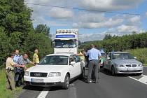 Čeští na němečtí policisté při zatýkání pachatele simulovaného loupežného přepadení.