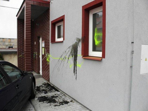 Vandalové poškodili ordinaci lékaře v Karlových Varech.