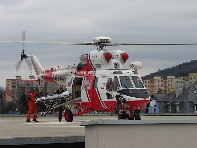 Helikoptéra Sokol Armády České republiky poprvé  přistála na heliporstu Karlovarské krajské nemocnice