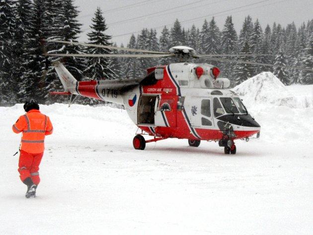 Zraněného lyžaře z Plešivce transportoval do nemocnice záchranářský vrtulník.