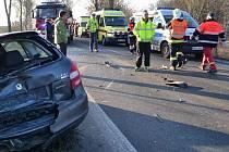 Hromadná dopravní nehoda zastavila v úterý ráno provoz na silnici ze Staré Role na Mezirolí na Karlovarsku. Nehoda si vyžádala několik zraněných.