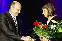 Hejtman Josef Novotný předal cenu Sportovec Karlovarského kraje za rok 2012 atlece Ivaně Sekyrové.