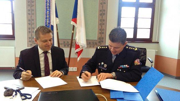 Podpis smlouvy - starosta Čekan a ředitel Zange