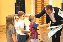 Nejlepší český rozhodčí besedoval s dětmi.