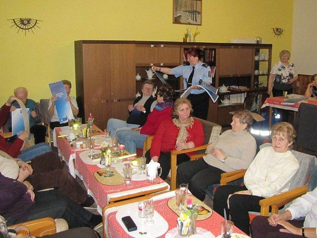 SE SENIORY se setkali policisté v rámci projektu Dáme si pozor ve dvaadvaceti obcích.