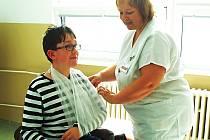 PACIENTI na traumatologii a gynekologicko-porodnickém oddělení karlovarské nemocnice budou mít vyšší komfort. Moderní zázemí získaly i sestry (na snímku Jana Štulíková).