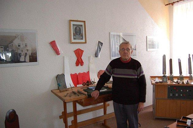 Výstava věnovaná historii výroby rukavic