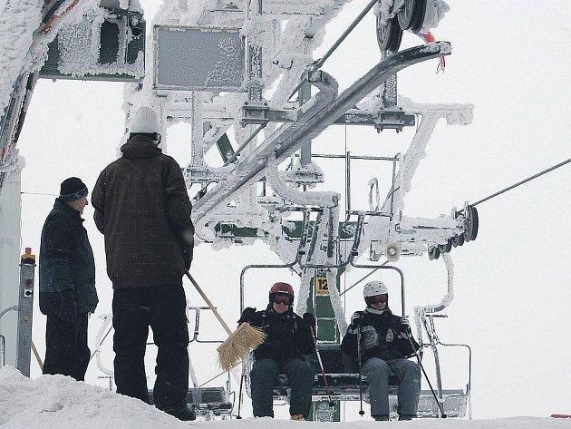 Spokojenost. Ta je teď mezi lyžaři na Neklidu. Díky nové lanové dráze se zde už netvoří fronty, které dříve lidi zdržovaly při lyžování.