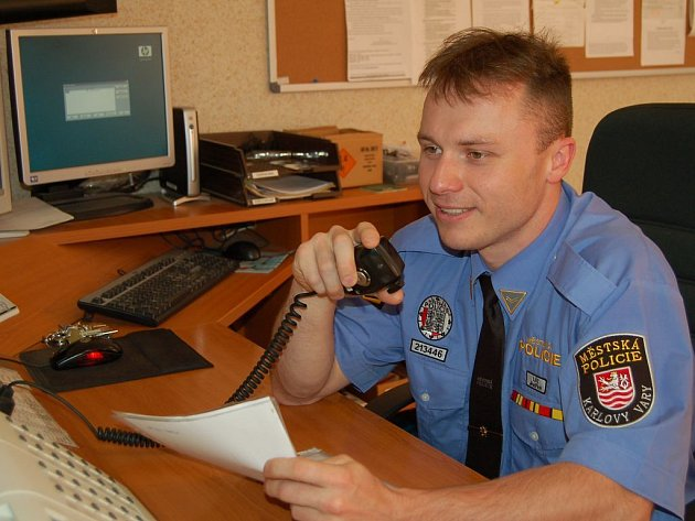 Obměna. Nové vysílačky dostanou i strážníci operačního střediska městské policie.