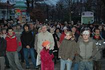 CHTĚJÍ VÍCE VĚDĚT. I lidé, kteří chodí na protestní mítinky, požadují, aby politici lépe informovali veřejnost.