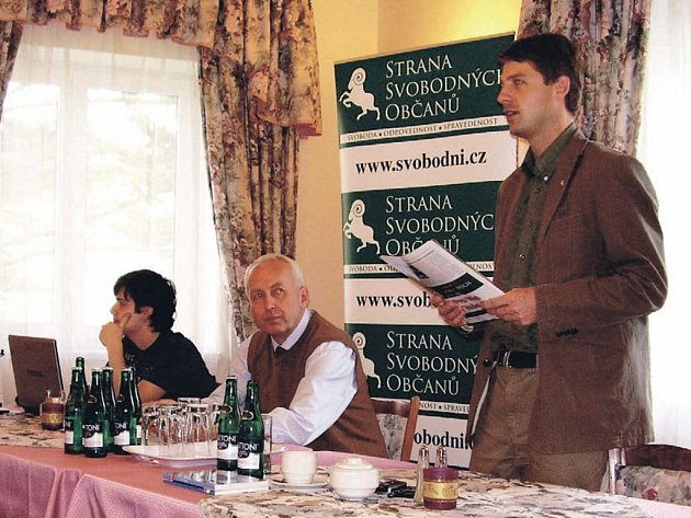 Nejen euroskepticismus a striktní odmítání Lisabonské smlouvy, ale i další vize z programu Strany svobodných občanů představil na úterní besedě v karlovarském Eurohotelu její lídr Petr Mach (na snímku stojící).