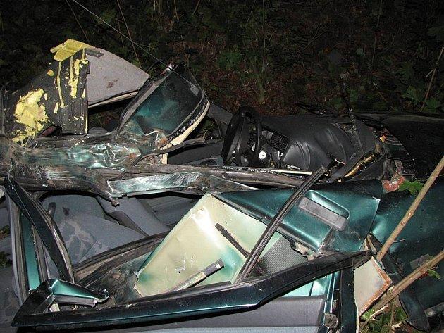 Trosky auta, ve kterém v Nejdku zahynuli tři lidé. Další člověk zemřel na následky zranění v nemocnici.