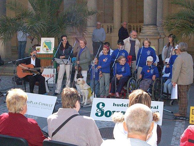 Duhové děti z Plzně odstartovaly sobotní koncert před Mlýnskou kolonádou.
