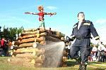 Tradiční vatra s Moranou na vrchu. Jejich absenci při oslavách by hasičům jen pramálo kdo odpustil.