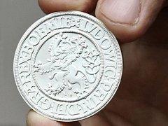 Replika jáchymovského šlikovského tolaru, první ze série historických mincí, které vydává společnost Česká mincovna v projektu Hold historickým mincovnám.