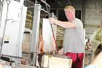Po nucené odstávce opět začala výroba ve druhé peci sklárny Moser. Prvním výrobkem byla sklenka na whisky.