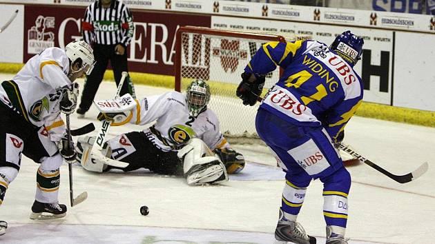 Vprvním utkání na hokejovém Spengler Cupu ve švýcarském Davosu podlehla karlovarská Energie Kanadě 6:7 po samostatných nájezdech.