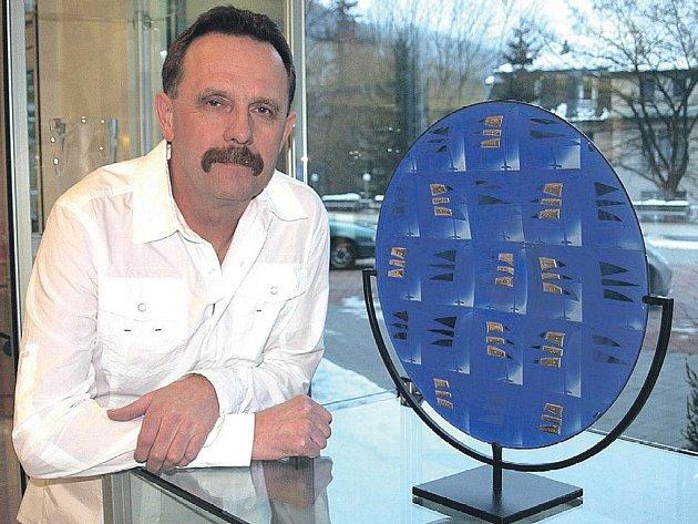 """Umělec Stanislav Žampach se svou skleněnou plastikou s názvem """"25 ptáků"""""""
