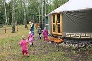 Děti poprvé přišly do letní školky.