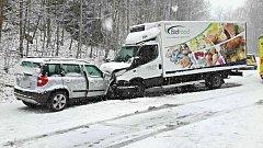 Jedna z dopravních nehod na zasněžených silnicích. Tato se stala u Bečova nad Teplou.