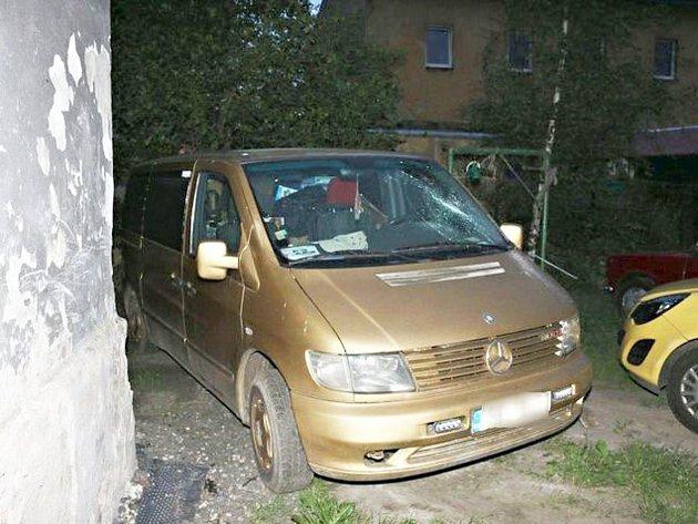 Automobily poškozené vandalem, který na nich způsobil škody za téměř 150 000 korun.