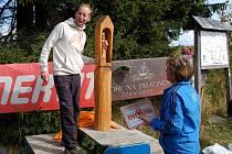 Běžec na lyžích Lukáš Bauer byl lákadlem pro účastníky sobotního závodu Abertamský kros. Svůj traťový rekord sice nezlepšil, protože kvůli jiným povinnostem nestartoval, zato převzal sochu svatého Lukáše z dílny abertamského řezbáře Jiřího Laina.