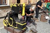 Na čtyři desítky uměleckých kovářů z Čech, Moravy, Německa a Ukrajiny se sešlo v Bečově nad Teplou na třetím ročníku kovářského sympozia. To letošní se neslo v duchu motta Kovářská DNA.