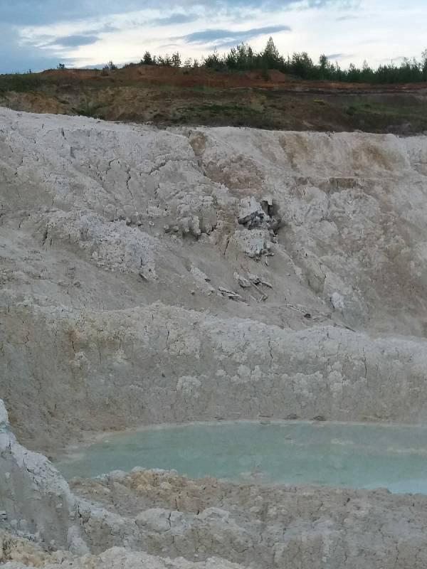 S důlní činností je spojená i důlní voda. I takto může vypadat například v Božičanech.