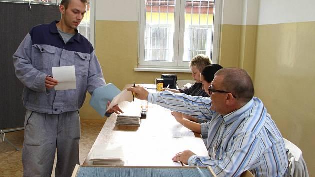 K volebním urnám přišli také někteří vězni z Vykmanova.
