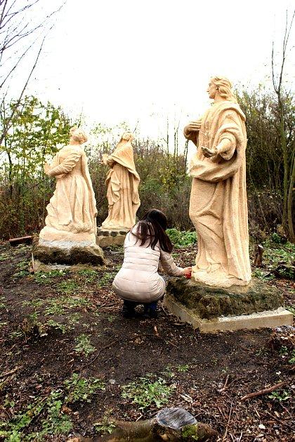 Originály soch jsou deponovány v zámeckém kostele, ale při tvorbě jejich replik do křížové cesty restaurátoři nově ztvárnili ruce Máří Magdalény a ruce a hlavu sv. Jana Evangelisty, které se u originálů nedochovaly.