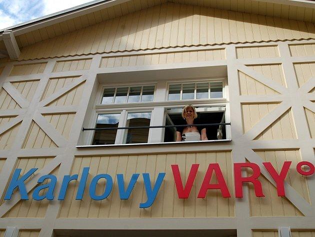 V jednom z historických krámků získaly Karlovy Vary konečně reprezentativní pobočku městského infocentra. Nahradí nedostatečné prostory ve Vřídelní kolonádě.