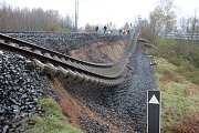 Na poškozeném úseku trati začaly přípravy na opravu.