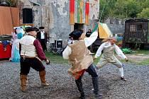 Sobotní odpoledne na hradě Hauenštejn se neslo v duchu historického šermu. O zábavu se postaraly skupiny Gotika, Balteus a Rebel. Některá vystoupení kombinovala historický šerm s dobovými tanci.