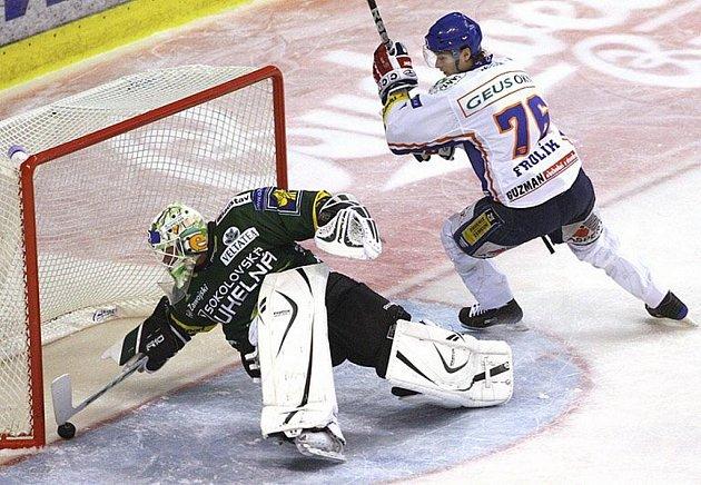 V prvním kole extraligy vyhráli hokejisté karlovarské Energie na ledě Kladna 5:3.