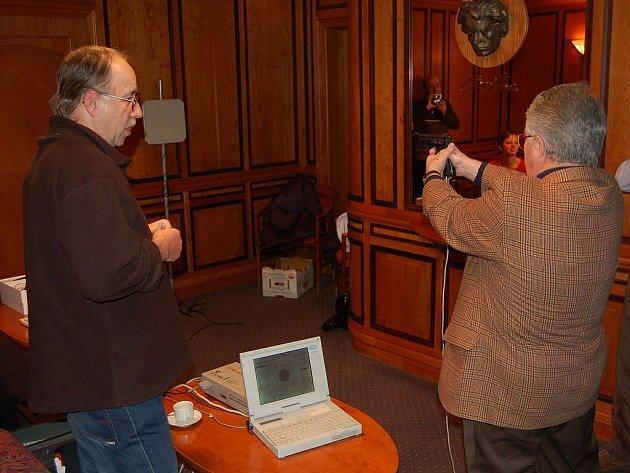 Členové karlovarského Rotary clubu si na svém pondělním setkání vyzkoušeli, jaké to je střílet na zařízení pro nevidomé. Podrobný výklad jim při tom podal instruktor Tyflocentra Vlastimil Vybíral (vlevo).